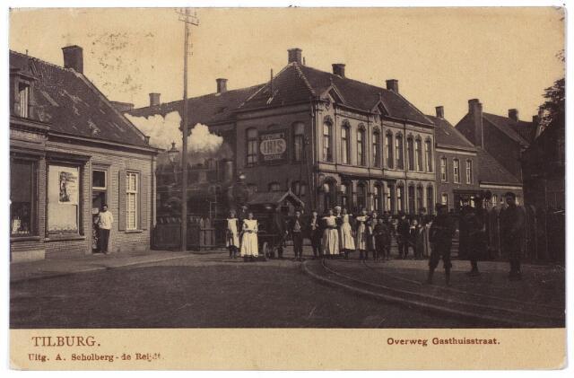 000540 - Overweg Gasthuisstraat. De huizen links vóór het spoor stonden aan de Noordstraat en hadden de huisnummers M973 en M 974, later Noordstraat 3 en 1. Op nummer drie woonde rond 1900 sigarenmaker M.A. van Eijndhoven, op nummer 1 G. Claassen. Claassen verliet dit pand in 1906 en de nieuwe bewoner werd Cornelis Franciscus van Meerendonk. Hij was huisschilder van beroep toen hij op 25 september 1901 trouwde met Henrica M.A. Spijkers en met haar ging wonen in het pand M921. Na zijn verhuizing naar M974, later dus Noordstraat nr. 1 was zijn vrouw winkelierster en hij fotograaf. Volgens een advertentie had C.F. (Frans) van Meerendonk 'in de Noordstraat aan den overweg het drukst bezocht atelier'.Hij kreeg een onderscheiding voor zijn fotowerk op een tentoonstelling in Tilburg, zijn werk werd bekroond in Amsterdam, waar hij lid van de commissie van bijstand van een fototentoonstelling was. Hij was ook medewerker aan verschillende fototijdschriften. Hij opende zijn zaak 'Photographie Moderne' op 26.9.1908.