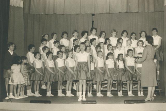 651616 - Meisjesschool Vincentius. Tilburg. De kinderen zelf speelden met veel enthousiasme in de 'revue' inclusief het koor