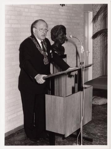 043254 - Burgemeester Letschert spreekt genodigden toe op paleisraadhuis b.g.v. 'Tilburg 40 jaar bevrijd'.