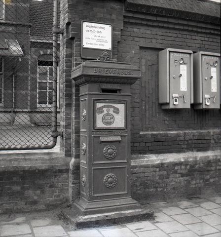 653855 - Brievenbus, model 1914. Rechts automaten om postzegels uit te geven.