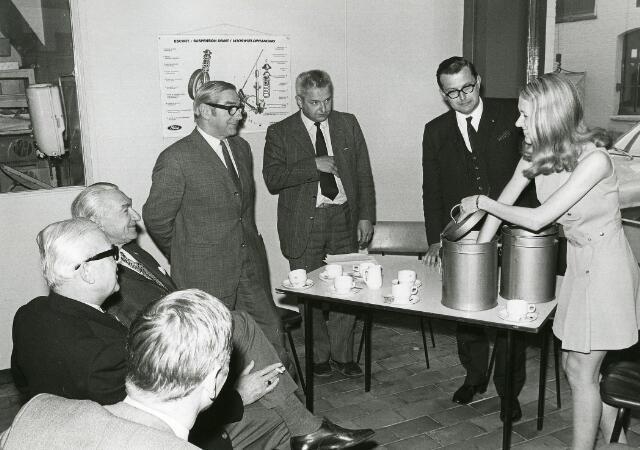200147 - Bij gelegenheid van het 50-jarig bestaan van garage Th. Knegtel werden diverse activiteiten georganiseerd hierbij een tombola. vlnr: Wortelboer met bril, Van Gool, Fons Knegtel, Jan Knegtel, notaris Simons, vermoedelijk oudste dochter van Fons Knegtel.