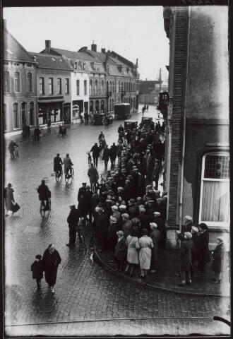 021227 - Grote belangstelling daags na de brand bij café De Valk eind december 1931