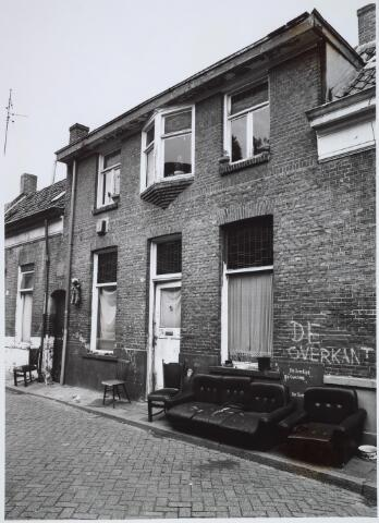 026316 - Sloopwoningen aan de Mariastraat medio 1985. In dit pand woonde in de crisisjaren ´30 van de vorige eeuw Anneke Maas, die er een snoepwinkeltje runde