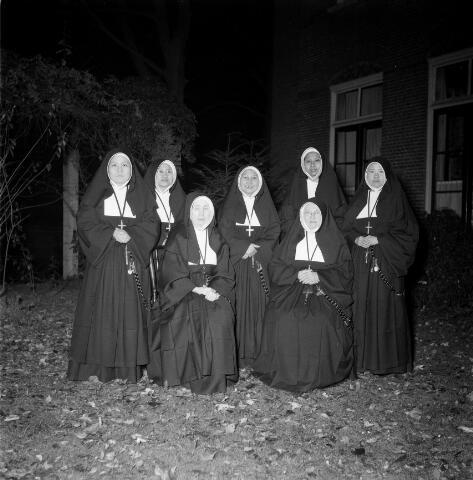 050399 - Groep zusters in de tuin van het klooster van de zusters van liefde van O.L.V. Moeder van Barmhartigheid aan het Korvelplein.