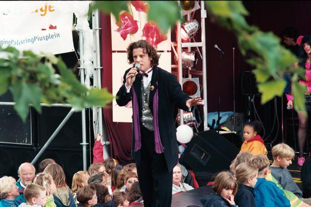 1237_010_768_014 - Festival levenslied 1998 Muziek. Spreker Walter Vermeer zingt op het podium.