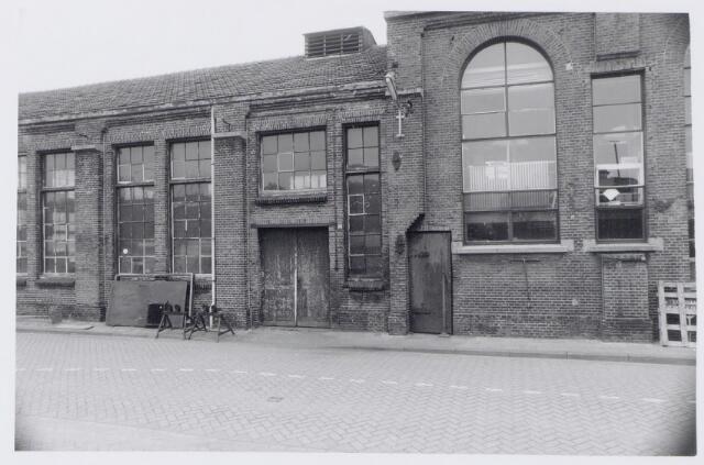 044952 - Smederij en rechts het laboratorium van de gemeentelijke gasfabriek aan de Lange Nieuwstraat.