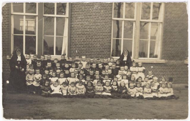 051009 - Basisonderwijs. Klassenfoto kleuterschool. r.k. kleuterschool in de parochie Heikant