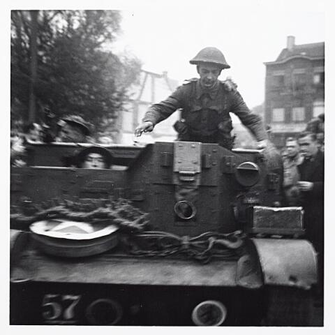 012137 - Tweede Wereldoorlog. Schotse carrier in de straten van bevrijd Tilburg