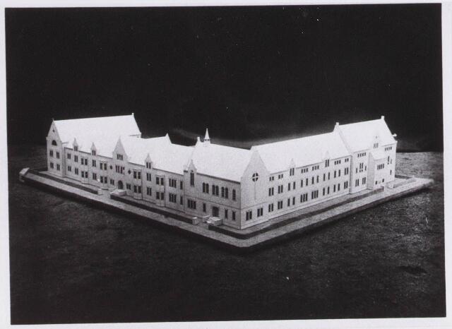 028328 - Maquette. Maquette van het door architect M. van Beek ontworpen Sint Lidwinaklooster aan de Pelgrimsweg 40