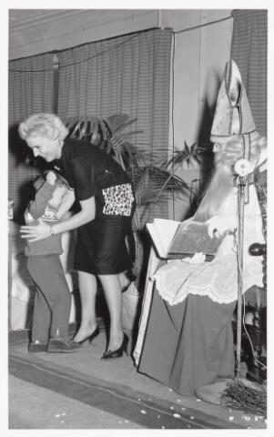 038706 - Volt. Oosterhout. Sint Nicolaasviering voor de kinderen van het personeel in 1960. Fabricage- of productie vond in Oosterhout plaats van april 1951 t/m 1967. Sinterklaas. St. Nicolaas