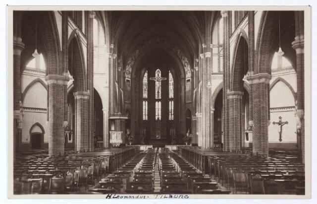 001478 - Interieur van de kerk van H. Leonardus en gezellen aan de Koestraat (parochie Besterd), gesloopt in 1975. De kerk stond toen al drie jaar leeg en van het interieur was weinig heel gelaten. o.a. de gebrandschilderde ramen werden vernield. Het eerste raam in deze kerk werd geplaatst in 1902 en geleverd door de firma Stalins & Janssens uit Antwerpen. J. van Elderen, koster van de St. Jozefkerk (Heuvel) was vertegenwoordiger van deze firma voor Tilburg en omstreken. Enkele jaren later, in 1906, zijn glasramen geplaatst met de voorstelling van het H. Hart en O.L.V. van Lourdes. Ook het hoofdaltaar is in dat jaar geschonken door J. van de Heuvel. Het werd vervaardigd in het atelier van J. Kusters te Stratum.