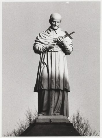 067865 - De H. CAROLUS BORROMEUS (Arona 1538 - Milaan 1584), een van de 20 gietijzeren beelden rond het Kerkhof Bredaseweg / Noordhoekring. Na zijn geestelijke studies in een klooster werd Carolus door zijn oom, Paus Pius IV, tot kardinaal verheven, op 22 jarige leeftijd. Dit nepotisme en andere wantoestanden werden door de latere bisschop Carolus fel bestreden op grond van het Concilie van Trente 1545-1563. Hij stichtte seminaries, bevorderde de studie, herstelde de tucht in de kloosters, stichtte nieuwe orden en congregaties en schreef een volledige codex van pastorale wetgeving. Hij is de patroon van seminaries, zielzorgers en pestlijders. Trefwoorden: Kunst, openbare ruimte.