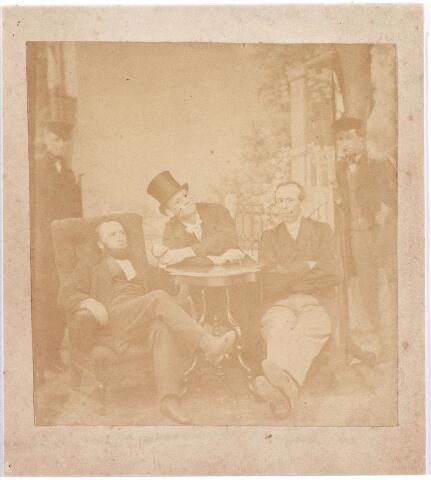 008161 - Onbekend gezelschap Tilburgse heren. Fotograaf Festge maakte voor deze gelegheid gebruik van twee decordragers, links en rechts van de groep. Zij houden het achtergronddecor omhoog.