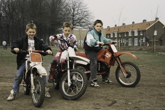 TLB023000416_006 - Kinderen met crossmotoren.