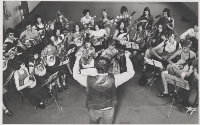 082159 - Mandoline orkest Estrelita uit Molenschot tijdens repetitie