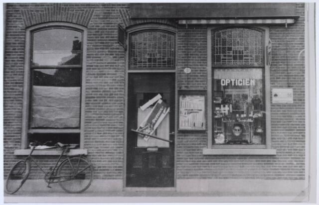 023846 - Winkel/werkplaats annex woonhuis van opticiën Van Gijzen aan de Koestraat omstreeks 1930