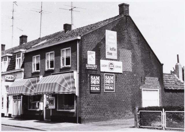 034371 - Winkels. Drogisterij Franken (links) en kruidenier Piet van Dijk aan het Lijnsheike, later Von Weberstraat.