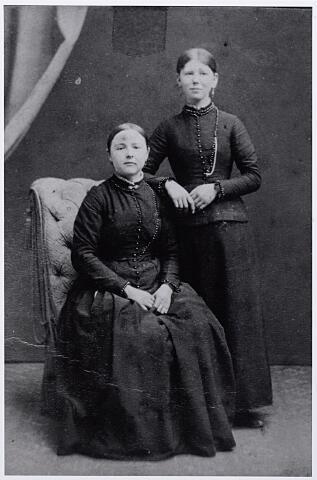 012119 - Twee Tilburgse meisjes circa  1890. Zittend onbekend, staande Johanna Maria Verbruggen geboren te Tilburg 9 december 1868 overleden 23 maart 1953.