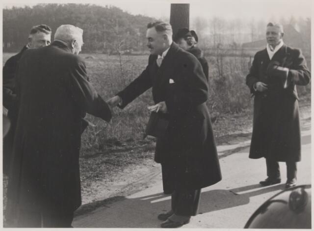 081408 - Ontvangst van de nieuwe burgemeester J.M.H. Klardie in Gilze en Rijen op 18 maart 1941. Welkom geheten op de grens van de gemeente aan de rijksweg onder Hulten door de wethouders J. van den Wildenberg en L.J. Uijtendaal (links).
