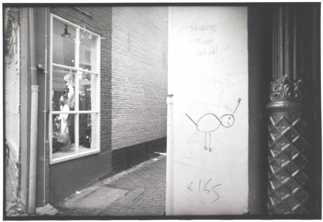 022005 - Graffiti op de gevel van een winkel in de Heuvelstraat, in het gedeelte dat vroeger Zomerstraat heette