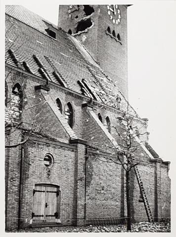 012414 - WO2 ; WOII ; Tweede Wereldoorlog. Vernielingen. Door geallieerd geschut zwaarbeschadigde Sacramentskerk aan de Ringbaan-Oost.