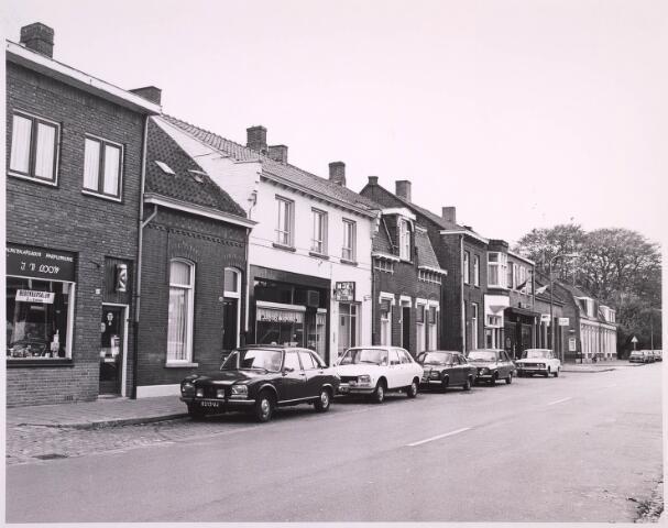 023252 - Gedeelte van de St. Josephstraat met enkele winkels, onder andere kapsalon - parfumerie J. van Loon (links) en bakker Keusters (witte huis)