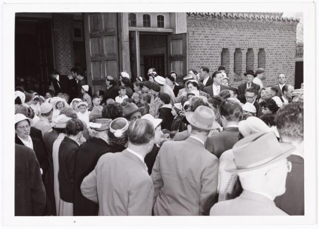 009743 - Eerste H. Communie in parochiekerk Gastuistraat. De communiekantjes verlaten de nieuwe kerk en worden begroet en opgevangen door hun ouders.