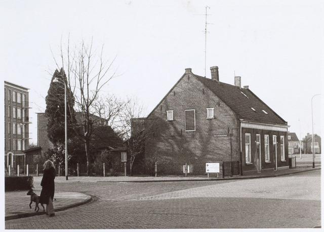 014731 - Panden aan de Berkdijksestraat. De flat links (nog juist zichtbaar) staat aan de Johannes van Zantenstraat; de huizen rechts op de achtergrond en de flat achter de bomen  staan aan de Ringbaan-West