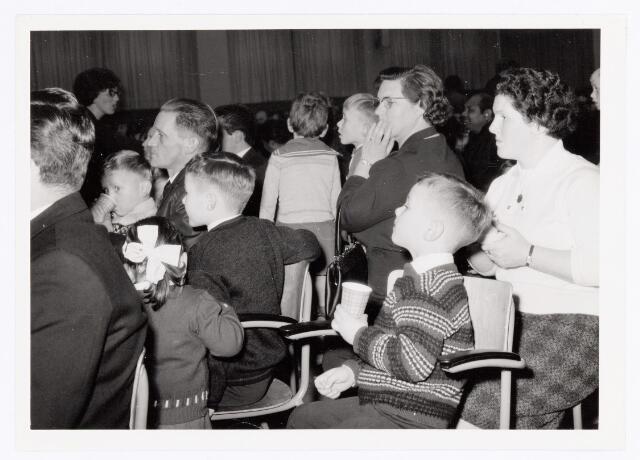 038835 - Volt.Zuid. Sport en ontspanning. Sint Nicolaasfeest voor de kinderen van werknemers waarschijnlijk rond 1960. Sinterklaas. St. Nicolaas