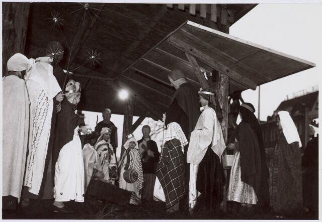021485 - Religieuze rituelen. Kerststal op de Heuvel in 1966, gemaakt de Tilburgse beeldhouwer Hans Claessen in de jaren `50. Driekoningenzangertjes brengen een bezoek aan het stalletje