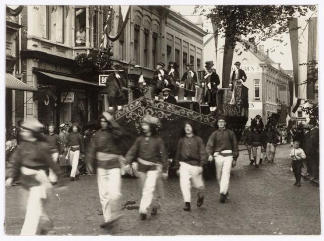 048919 - Optocht ter gelegenheid van de kroningsfeesten bij het 25-jarig jubileum van koningin Wilhelmina (1923-1924) deelnemers verzamelen zich op de Kromhout kazerne te Tilburg. Hier trekt de stoet in de Zomerstraat