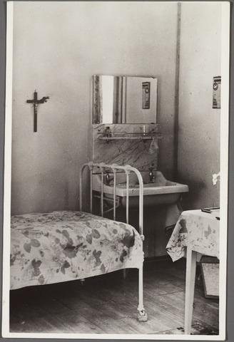010433 - Slaapkamer voor een retraitante in het retraitehuis het Cenakel aan de Koningshoeven, thans Kempenbaan.