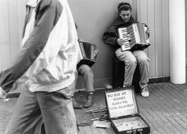 1238_F0217 - Twee Bosnische kinderen spelen accordeon op straat