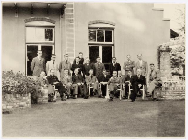 """039430 - Volt, Zuid. Hulpafdelingen, Brandweer?. """"Uitstapje in 1944"""". Zittend v.l.n.r.:NN.,NN.  v. Reusel, v.d. Burgt,  Mink, NN, NN, Schoppenhouwer, Coolegem, Derks ?, Moeskops. Staand v.l.n.r.: NN, NN, Miel Verheij, v.d. Heijden, NN,  Jan v. Roosendaal ?, Hein Overveld en verder onbekend."""
