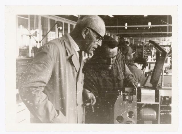 039369 - Volt, Zuid. Technische Afdeling, Gereedschapmakerij. Op de foto de heren Geux en van Gestel bezig met onderhoud aan een babyspoel-wikkelmachine omstreeks 1963.
