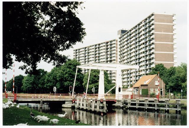 039898 - Ophaalburg over het Wilhelminakanaal aan de Oude Lind. Op de achtergrond de fla aan de Hoffmannlaan.