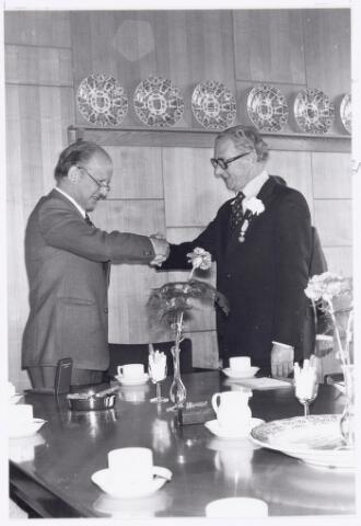 039093 - Volt. Jubileum. Op 20 april 1976 vierde de heer Louis Bogaert zijn 40-jarig dienstjubileum bij Volt. Hij wordt hier gefeliciteerd door burgemeester drs. H. Letschert die hem een koninklijke onderscheiding heeft opgespeld. Dhr. Bogaert was werkzaam in de afd. ontwikkeling stempels en matrijzen ofwel de gereedschaptekenkamer.
