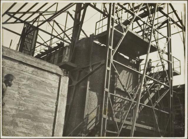 104612 - Energievoorziening. Nieuwbouw Gasfabriek Oosterhout. aanzicht van  de blustoren,  ovenblok en regeneratieruimte.