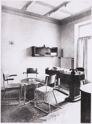 031567 - Interieur. N.V. Verzekering-maatschappij Johan de Witt, Tilburg.   De foto toont een werkkamer uit de jaren '50 van de vorige eeuw, ingericht met Gispen kantoormeubelen.