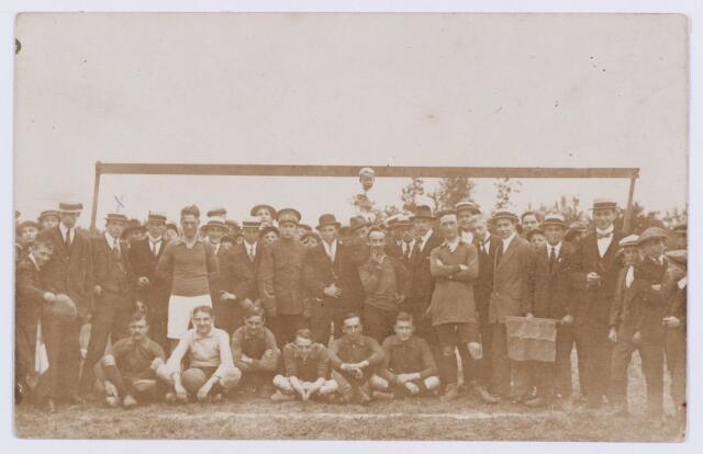 054229 - Sport. Voetbal. Onbekende voetbalvereniging . Mogelijk Noad. Th.Smulders (met kruisje links) was n.l. vele jaren lid van Noad. Hij was nderwijzer aan de St.Paulusschool van de parochie Besterd.