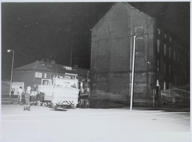 019381 - Textielindustrie. Brand in het complex van de voormalige wollenstoffenfabriek W. Schoenmakers. Tot 1958 was het eigendom van de firma Eras. Na het faillissement van Schoenmakers was er cartonnage Van Opstal gevestigd. Het werd in 1875 gebouwd