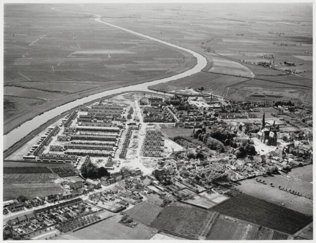 88970 - Nieuwbouw in Molenpolder. Links de Mark; rechts midden het Dorpsplein, de kerken en raadhuis tijdens verbouwing.