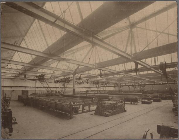 037620 - Textiel. Selfactors in de spinnerij van J. L. Donders aan de Bisschop Zwijsenstraat in 1928. Opvallend genoeg staan op de foto geen arbeiders afgebeeld, terwijl de machines op volle toeren draaien