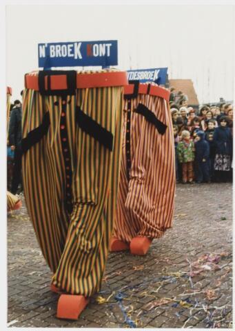 068330 - Carnaval. Een kleine groep in de carnavalsoptocht van 1980