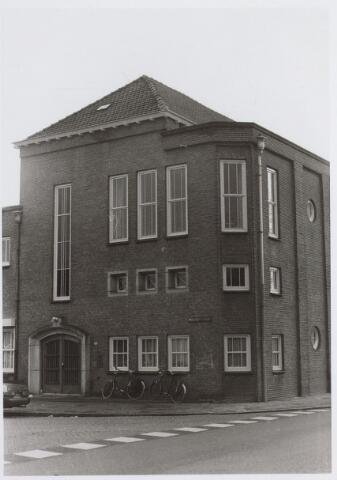 026516 - Basisonderwijs. Aloysiusschool, hoek Molenbochtplein - Koestraat. Dit was eerst een fratersschool, later werd W.P. Nuijten de directeur (overleden in 1972). Zijn kamer was op de hoek/ Boven de deur was een trappenhal, met links en rechts 2 vleugels.