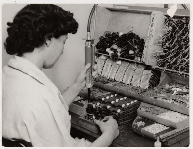 050136 - Volt, Zuid, Produktie, Fabricage, Lijntrafo, LOT. De montage van lijntransformatoren , ook wel hoogspanningstransformatoren genoemd, een onderdeel voor de televisie. De foto is van omstreeks 1960.