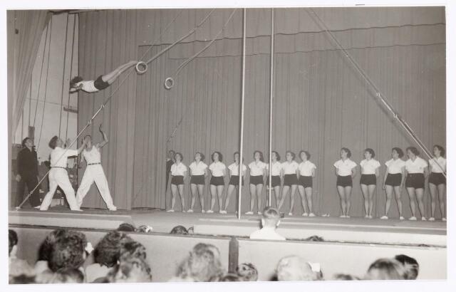 """038821 - Volt Sport en ontspanning. Jaarlijkse uitvoering van Gymnastiek Vereniging Volt in 1951 of 1952 in de bovenzaal van de """"Metropole"""" schouwburg aan de Heuvel. Later werd deze traditie voortgezet in de nieuwe schouwburg aan de Schouwburgring."""