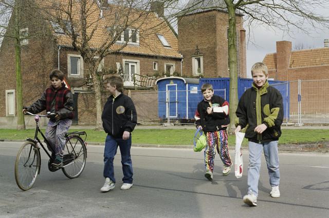 TLB023000413_002 - Spelende kinderen op straat.