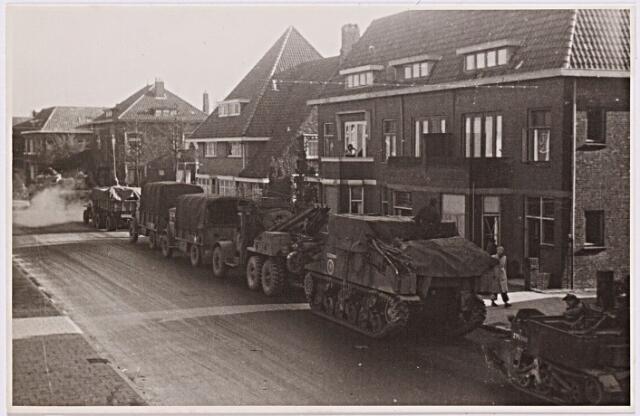 012251 - Tweede Wereldoorlog. Bevrijding. Geparkeerde legervoertuigen langs de Nieuwe Bosscheweg