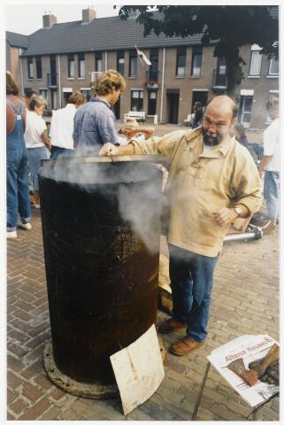 91333 - Terheijden, Zomerfestival 1990. Een palingroker op de markt bij de middeleeuwse festiviteiten op zaterdag 25 augustus 1990